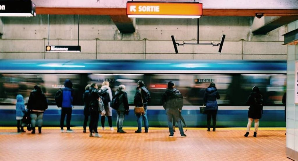 An STM metro pulls into station